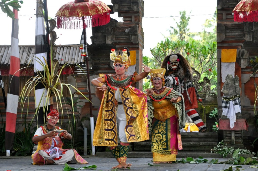 Barong dance in Batubulan village, Gianyra regency - Mari Bali Tours