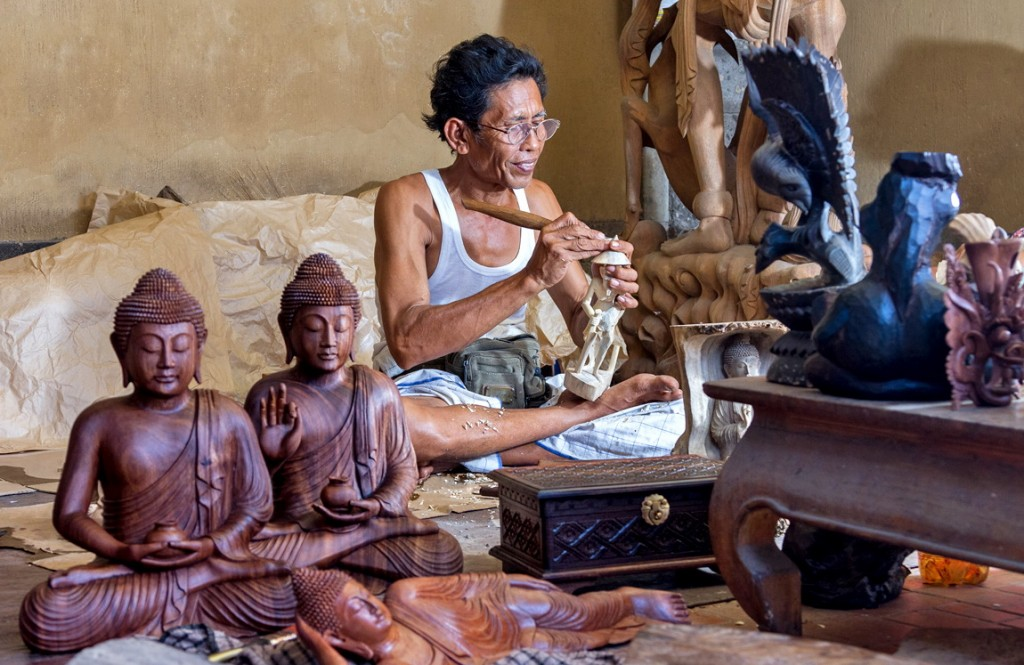 Wood carving in Mas village, Ubud - Mari Bali Tours